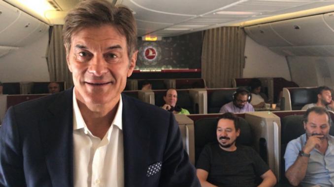 El doctor Mehmet Oz da consejos de vida saludable a 30.000 pies de altura