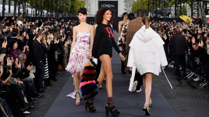 Primer desfile de moda y belleza de L'Oréal Paris en los Campos Elíseos